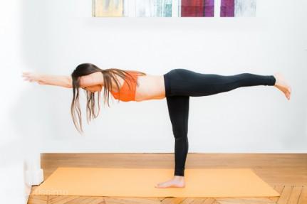 posture de yoga la posture du guerrier 3 ou virabhadrasana ii diaporama forme doctissimo. Black Bedroom Furniture Sets. Home Design Ideas