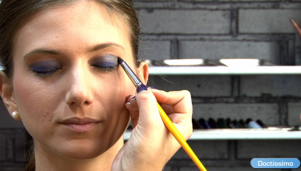 smoky eyes bleu comment faire un smoky eyes bleu ou un smoky eyes vert en vid o une vid o. Black Bedroom Furniture Sets. Home Design Ideas