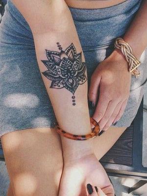 tatouage bras le tatouage de mandala sur l 39 avant du bras diaporama beaut doctissimo. Black Bedroom Furniture Sets. Home Design Ideas