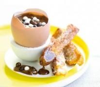 oeufs-au-chocolat-coulant-et-ses-mouillettes-de-pain-perdu