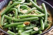 Haricots verts et bâtonnets de carottes en salade