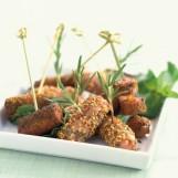 Mini-brochettes de saucisses au romarin et sésame