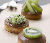 tarte-kiwi-de-l-adour-igp-sur-son-lit-de-mousse-au-chocolat