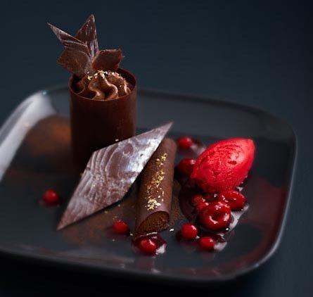 dessert chocolat 233 avec sa compote de fruits rouges et sorbet aux framboises d herv 233 boutin