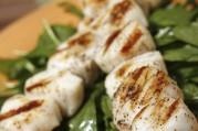 Brochettes de Saint-Jacques et fondue de poireaux à la sauce moussante
