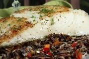 Brochettes de lotte marinées au soja, carottes et riz sauvage