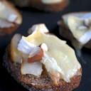 Tartine camembert, poire et amandes