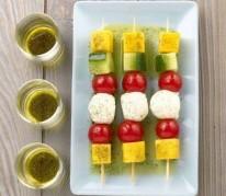 brochettes-de-tomates-et-concombres-de-france-et-mangues-a-l-huile-de-vanille
