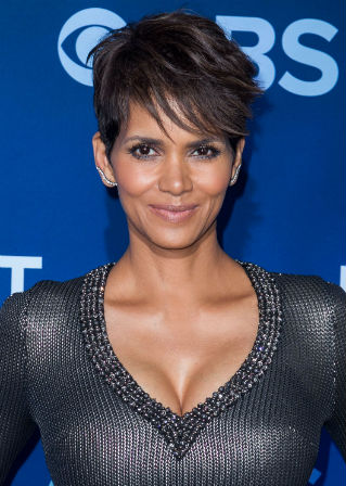 grosse poitrine seins de stars les seins d 39 halle berry diaporama sexualit doctissimo. Black Bedroom Furniture Sets. Home Design Ideas