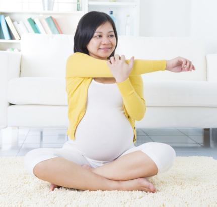 Soulager son dos pendant la grossesse en croisant les bras - Se coucher sur le dos pendant la grossesse ...