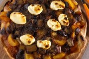 Pizza au chocolat, abricot, rhubarbe et mascarpone