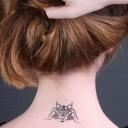 Tatouage chat nuque