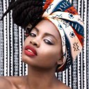Coiffure afro avec un foulard