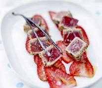 thon-mi-cuit-sur-lit-de-fraise-du-perigord-igp-tiede-et-vinaigrette-a-la-vanille