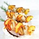Brochettes grillées de Coquilles Saint-Jacques, pomme, romarin et sauce aigre-douce
