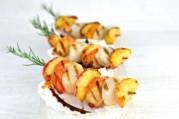brochettes-grillees-de-coquilles-saint-jacques-pomme-romarin-et-sauce-aigre-douce