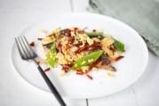 crumble-de-maquereaux-chorizo-pois-gourmands-et-tomates-confites