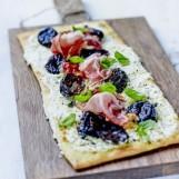 Pizza au speck, chèvre frais et Pruneau d'Agen IGP mariné au basilic frais