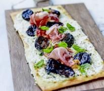 pizza-au-speck-chevre-frais-et-pruneau-d-agen-igp-marine-au-basilic-frais