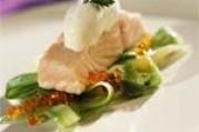 Pavé de saumon de norvège poché,  crème au raifort et salade de concombre