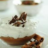 Fromage blanc aux éclats de chocolat sur mousse au chocolat noir