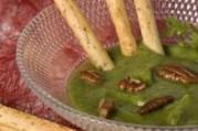 Mousse de cerfeuil aux noix de pécan accompagnée de grissini  au romarin