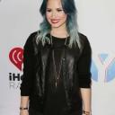 Demi Lovato tendance tie and dye coloré