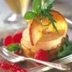 Médaillon de foie gras aux pommes sur blinis de blé noir, roquette et menthe fraîche sur vinaigrette framboises
