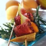 Brochette de magret de canard, maïs, abricots et figues