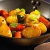 Poêlée de pommes de terre nouvelles et autres légumes printaniers au beurre salé