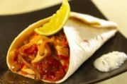 Burritos de poulet, tomate pimentée et fraîcheur de yaourt