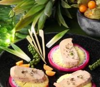 foie-gras-en-carpaccio-d-ananas-victoria-et-pitaya-fruits-du-dragon