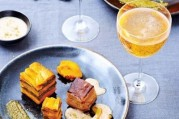 millefeuille-de-potimarron-a-la-pistache-poitrine-de-porc-croustillante-et-emulsion-au-cidre