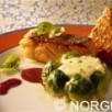 Cabillaud de norvège (skrei) en robe de lard fermier, son croustillant de pieds et oreille de cochon,  tarte de pommes de terre ecrasées aux choux de  bruxelles, jus corsé aux epices et vin de côte rôtie