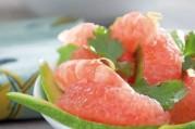 salade-pomelo-avocat-coriandre-fraiche-et-crevettes-roses