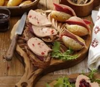 tartines-de-foie-gras-et-magret-fume-au-confit-d-oignon