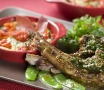 carre-d-agneau-en-croute-d-herbes-clafoutis-de-tomates-cerise-facon-compagnons-du-gout