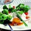 Oeuf poché sur lit de mâche, tomate semi confite et pistou rouge
