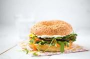 bagel-vegetarien-a-l-aubergine-et-julienne-de-poivron-et-de-carottes