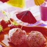 Crème glacée aux fraises et aux pralines