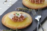 le-raclette-du-valais-aop-en-tarte-sablee-compotee-d-oignons-au-lard-truffe-et-poireau