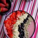 fraises, myrtilles et flocons d'avoine