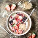 smoothie bowl fraises, chocolat, amandes et glace à la vanille