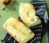 crostini-au-roquefort-et-aux-poires