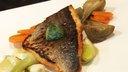 Filet de daurade royale aux petits légumes avec un glaçon d'huile d'olive extra vierge à la coriandre