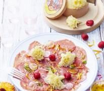 carpaccio-de-b-uf-radis-roses-et-framboises-a-la-tete-de-moine-aop-vinaigrette-aux-agrumes-et-tagete