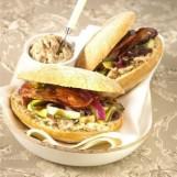 Pain Bagnat rillettes, lard grillé et légumes gril