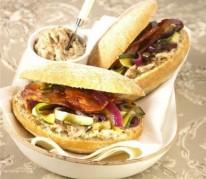 pain-bagnat-rillettes-lard-grille-et-legumes-gril