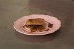 Carrés feuilletés à la ganache au chocolat, caramel aux baies roses