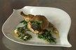 Suprême de poulet contisé au pistou, sauce vierge à la ricotta, haricots verts aux oignons nouveaux
